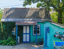 Ο τοίχος μπροστινών πορτών, παραθύρων και κισσών ενός παραδοσιακού του χωριού σπιτιού Στοκ φωτογραφία με δικαίωμα ελεύθερης χρήσης