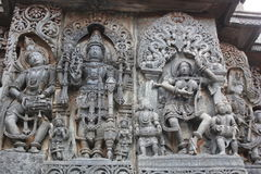 Ο τοίχος ναών Hoysaleswara που χαράζει παρουσιάζοντας Λόρδο Mahavishnu ένας θηλυκός χορευτής και ένας αρσενικός μουσικός Στοκ εικόνα με δικαίωμα ελεύθερης χρήσης