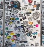 : Ο τοίχος οδών κάλυψε τις πολυάριθμες πολύχρωμες αυτοκόλλητες ετικέττες Στοκ Φωτογραφίες
