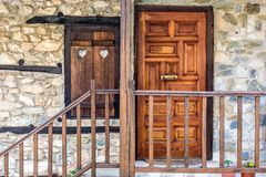 Ο τοίχος παραθύρων και πετρών μπροστινών πορτών ενός παραδοσιακού χωριού ho Στοκ Φωτογραφία