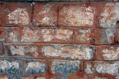 Ο τοίχος προσόψεων από τους άσπρους φραγμούς τούβλου ασβεστόλιθων χρωμάτισε το κόκκινο χρώμα Στοκ εικόνα με δικαίωμα ελεύθερης χρήσης