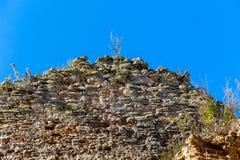 Ο τοίχος της πέτρας ένας παλαιός που καταστρέφεται building_ στοκ φωτογραφία