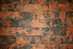 Ο τοίχος του καφετιού τούβλου είναι διακοσμητικός Στοκ φωτογραφία με δικαίωμα ελεύθερης χρήσης