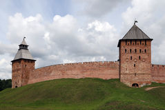Ο τοίχος φρουρίων με τους πύργους του Κρεμλίνου σε Veliky Novgorod Στοκ φωτογραφία με δικαίωμα ελεύθερης χρήσης