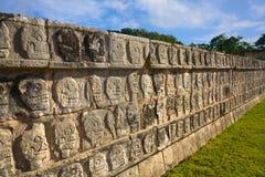 ο τοίχος tzompantli κρανίων itza Στοκ εικόνα με δικαίωμα ελεύθερης χρήσης