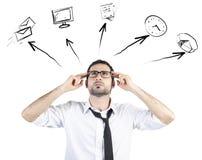 Ο τονισμένος επιχειρηματίας προσπαθεί να προγραμματίσει την ημέρα εργασίας του στοκ εικόνες