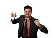 Ο τονισμένος επιχειρηματίας στο κοστούμι και ο δεσμός που συντρίβει το κενό φλυτζάνι παίρνουν μαζί τον καφέ στην έννοια εθισμού κ στοκ εικόνες