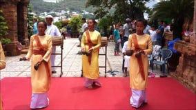 Ο τοπικός λαϊκός χορός παρουσιάζει στους πύργους Ponagar απόθεμα βίντεο