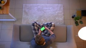 Ο τοπ βλαστός κινηματογραφήσεων σε πρώτο πλάνο των νεολαιών έντυσε άνετα το αρσενικό που παίζει τα τηλεοπτικά παιχνίδια στο τηλέφ απόθεμα βίντεο