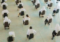 ο τοπ σπουδαστής άποψης κάθεται την καρέκλα στο πανεπιστήμιο τάξεων για το δωμάτιο δοκιμής εκπαίδευσης και την έννοια βασικής εκπ Στοκ Φωτογραφία