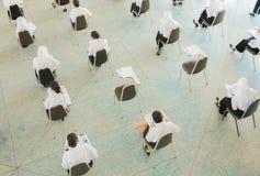 ο τοπ σπουδαστής άποψης κάθεται την καρέκλα στο πανεπιστήμιο τάξεων για το δωμάτιο δοκιμής εκπαίδευσης και την έννοια βασικής εκπ Στοκ Εικόνα