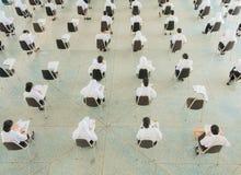 ο τοπ σπουδαστής άποψης κάθεται την καρέκλα στο πανεπιστήμιο τάξεων για το δωμάτιο δοκιμής εκπαίδευσης και την έννοια βασικής εκπ Στοκ Φωτογραφίες