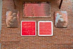 Ο τουβλότοιχος με το κόκκινο πιάτων χάλυβα στοκ εικόνες με δικαίωμα ελεύθερης χρήσης