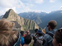 Ο τουρίστας απολαμβάνει τις καταστροφές Machu Picchu Στοκ Φωτογραφία