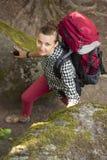Ο τουρίστας γυναικών είναι μεταξύ των πετρών εξετάζοντας τη κάμερα Στοκ Εικόνα