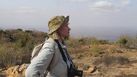 Ο τουρίστας γυναικών με μια κάμερα αυτό αξίζει γύρω για να απολαύσει το τοπίο απόθεμα βίντεο