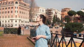 Ο τουρίστας γυναικών περπατά στην οδό στη Ρώμη, Ιταλία, που απολαμβάνει τα τοπία, εξετάζοντας τα παλαιά αρχιτεκτονικά κτήρια κίνη φιλμ μικρού μήκους