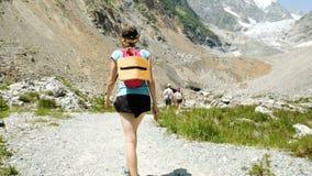 Ο τουρίστας γυναικών πηγαίνει στα βουνά για την αναρρίχηση, μετακίνηση καμερών απόθεμα βίντεο