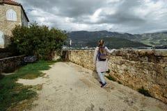 Ο τουρίστας γυναικών ταξιδιού απολαμβάνει τη θέα της θάλασσας, Μαυροβούνιο στοκ εικόνες
