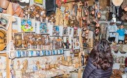 Ο τουρίστας εξετάζει τα αναμνηστικά σε μια αγορά αναμνηστικών που βρίσκεται όχι μακριά από την πόλη Brasov στη Ρουμανία Στοκ Φωτογραφία