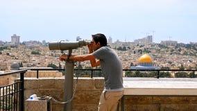 Ο τουρίστας εξετάζει την παλαιά άποψη πόλεων της Ιερουσαλήμ Στοκ Εικόνα