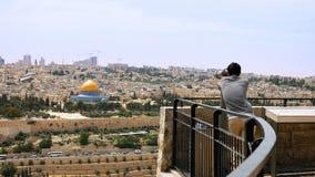 Ο τουρίστας εξετάζει την παλαιά άποψη πόλεων της Ιερουσαλήμ Στοκ φωτογραφία με δικαίωμα ελεύθερης χρήσης