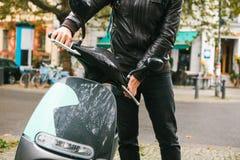 Ο τουρίστας επιβιβάστηκε σε ένα ηλεκτρικό μηχανικό δίκυκλο Ένα δημοφιλές όχημα στην πόλη καλείται ηλεκτρικό μηχανικό δίκυκλο Στο  Στοκ Εικόνες