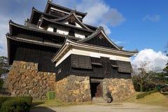 Ο τουρίστας επισκέπτεται το φεουδαρχικό κάστρο Σαμουράι του Ματσούε σε Shimane prefectur Στοκ φωτογραφία με δικαίωμα ελεύθερης χρήσης