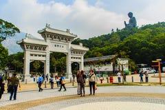 Ο τουρίστας επισκέφτηκε το γιγαντιαίο άγαλμα Tian Tan Βούδας στην αιχμή του βουνού Po Lin στο μοναστήρι στο νησί Lantau, Χονγκ Κο Στοκ φωτογραφία με δικαίωμα ελεύθερης χρήσης