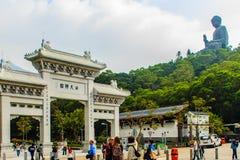 Ο τουρίστας επισκέφτηκε το γιγαντιαίο άγαλμα Tian Tan Βούδας στην αιχμή του βουνού Po Lin στο μοναστήρι στο νησί Lantau, Χονγκ Κο Στοκ εικόνα με δικαίωμα ελεύθερης χρήσης