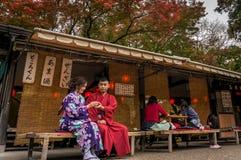 Ο τουρίστας ζευγών έχει έναν παραδοσιακό χρόνο τσαγιού στο ναό Kiyomizu Στοκ Φωτογραφία