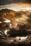 Ο τουρίστας θαυμάζει την άποψη από το πέρασμα Καλιφόρνιας προς τη λίμνη Como και στοκ εικόνα με δικαίωμα ελεύθερης χρήσης