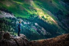 Ο τουρίστας θαυμάζει την άποψη από το πέρασμα Καλιφόρνιας προς τη λίμνη Como και στοκ φωτογραφίες με δικαίωμα ελεύθερης χρήσης