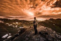 Ο τουρίστας θαυμάζει την άποψη από το πέρασμα Καλιφόρνιας προς τη λίμνη Como και στοκ φωτογραφία