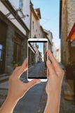 Ο τουρίστας κάνει μια φωτογραφία της παλαιάς οδού στο Ταλίν, Εσθονία στοκ εικόνες