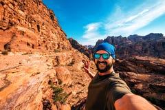 Ο τουρίστας κάνει selfie στα δύσκολα βουνά στοκ εικόνες
