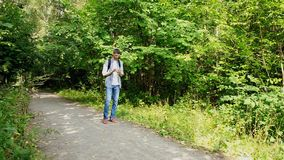 Ο τουρίστας κοιτάζει στο τηλέφωνο πού να πάει απόθεμα βίντεο