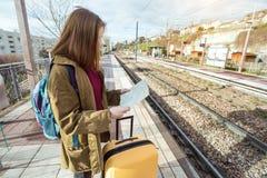 Ο τουρίστας κοριτσιών περιμένει το τραίνο Στοκ Εικόνα
