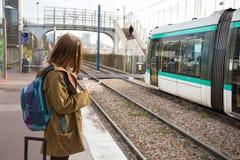 Ο τουρίστας κοριτσιών περιμένει το τραίνο Στοκ φωτογραφία με δικαίωμα ελεύθερης χρήσης
