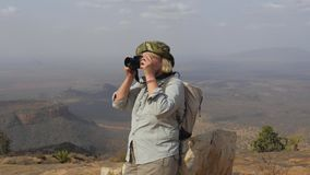 Ο τουρίστας πάνω από το βουνό παίρνει τις εικόνες του γραφικού τοπίου απόθεμα βίντεο