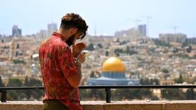Ο τουρίστας παίρνει μια φωτογραφία ενάντια στην άποψη πόλεων της Ιερουσαλήμ Στοκ Εικόνες