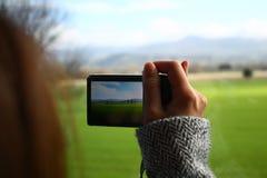 Ο τουρίστας παίρνει τη φωτογραφία της άποψης Στοκ φωτογραφία με δικαίωμα ελεύθερης χρήσης