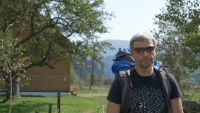 Ο τουρίστας πηγαίνει σε ένα χωριό στην τοποθεσία βουνών απόθεμα βίντεο
