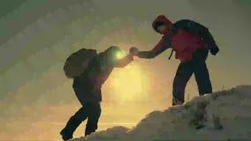 Ο τουρίστας που βοηθά το συμπαίκτη να αναρριχηθεί, το άτομο με το σακίδιο πλάτης έφθασε έξω σε ένα χέρι βοηθείας στο φίλο του Ένν φιλμ μικρού μήκους