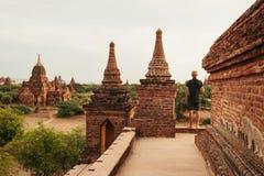 Ο τουρίστας προσέχει την ανατολή στην παγόδα σε Bagan Στοκ φωτογραφίες με δικαίωμα ελεύθερης χρήσης