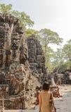 Ο τουρίστας σε Prasat Bayon το πρωί, Angkor Thom, Siem συγκεντρώνει, Καμπότζη Στοκ Εικόνες