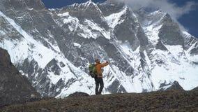 Ο τουρίστας στα Ιμαλάια κάνει μια φωτογραφία απόθεμα βίντεο