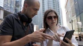 Ο τουρίστας τύπων χάθηκε στο κέντρο πόλεων και ρώτησε τον τρόπο ένα όμορφο κορίτσι Το κορίτσι παρουσίασε τη διαδρομή στο τηλέφωνο φιλμ μικρού μήκους