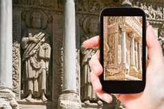 Ο τουρίστας φωτογραφίζει την εκκλησία Αγίου Trophime Arles Στοκ Φωτογραφία