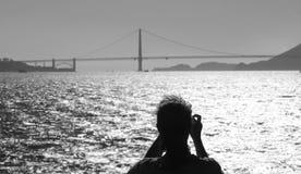 Ο τουρίστας φωτογραφίζει τη χρυσή γέφυρα πυλών Στοκ Φωτογραφίες